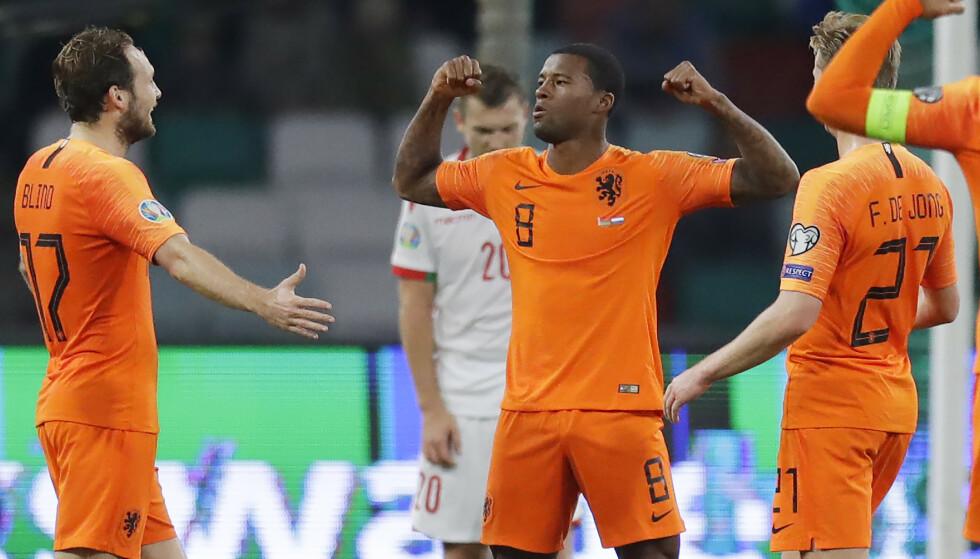 MUSKLER: Georginio Wijnaldum viser muskler etter å ha smelt inn 2–0 ledelse for Nederland. Hans to mål sørget for 2–1 seier i Minsk mot Hviterussland. Foto: Sergei Grits / AP / NTB scanpix.
