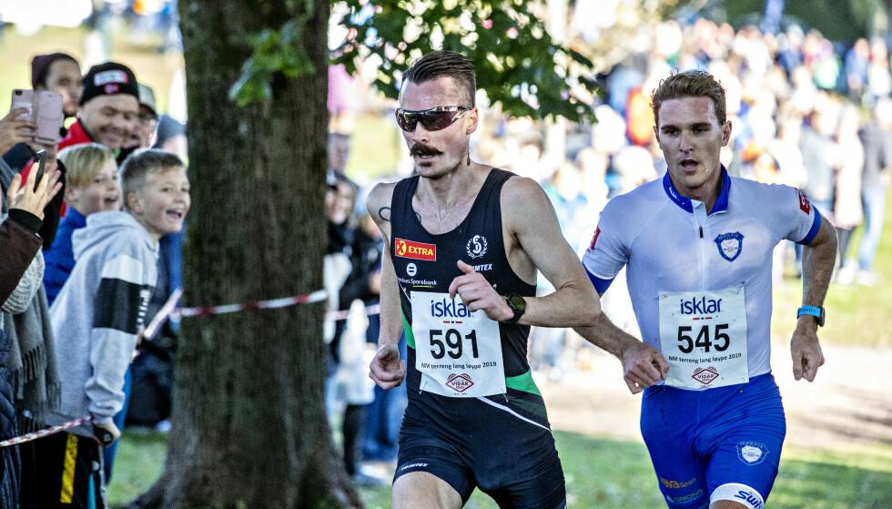 TØFF DUELL: Henrik Ingebrigtsen vant NM i terrengløp, foran langrennsløper Didrik Tønseth. Tønseth holdt følge lenger enn de fleste hadde trodd på forhånd. Foto: Bjørn Langsem / DAGBLADET.