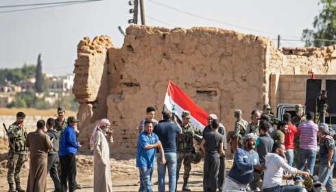 TRUKKET INN: Syriske regjeringssoldater er trukket inn i konflikten i Nord-Syria etter å ha inngått en avtale med kurderne om å bekjempe tyrkisk aggressjon. Her ankommer de grensebyen Tal Tamr nordøst i Syria mandag. Foto: Delil SOULEIMAN / AFP / NTB Scanpix