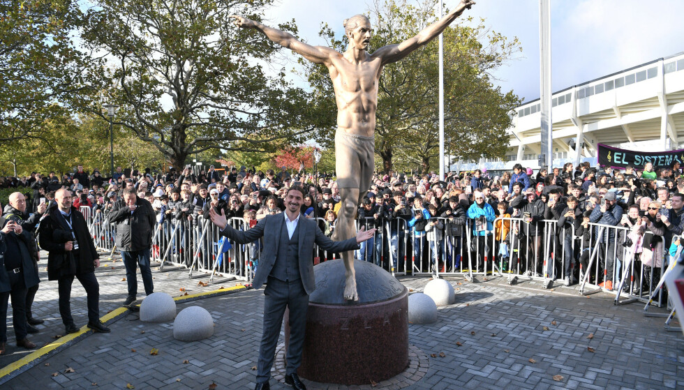 POSERER MED EGEN STATUE: Zlatan Ibrahimovic. Foto: NTB Scanpix