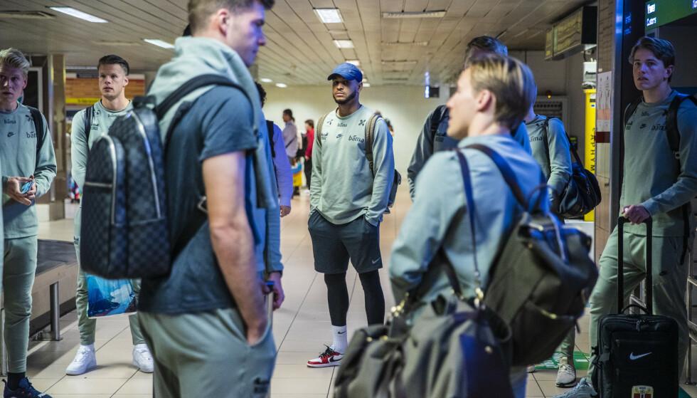 STÅR OVER: Joshua King, her fra flyplassen i București før EM-kvalifiseringskampen mot Romania. Foto: Stian Lysberg Solum / NTB Scanpix