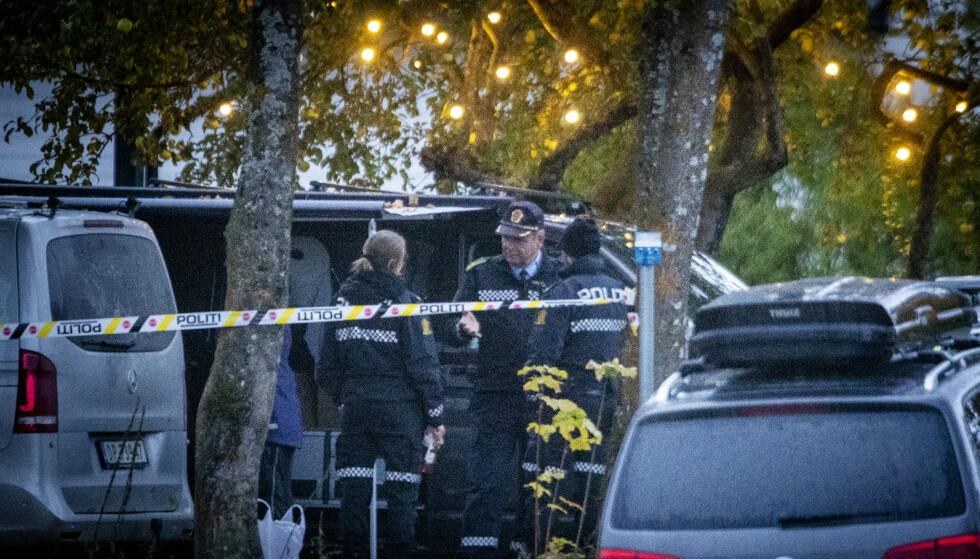 ÅSTED: Politiet sperret av et stort område rundt huset på Kapp i Østre Toten. Foto: Bjørn Langsem/Dagbladet.