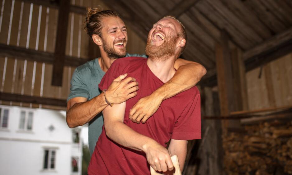 SVARER PÅ RYKTENE: Det gode vennskapet som har oppstått mellom «Farmen»-deltakerne Mathias Scott Pascual og Leif Kristian Tindeland, har fått folk til å spekulere på om det kan være mer enn vennskap mellom de to. Nå svarer de på ryktene. Foto: Alex Iversen/ TV 2