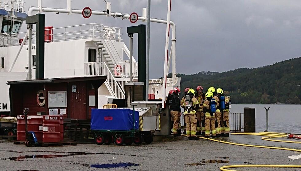 DYKKERE: Kjemikaliedykkere og brannvesenet samarbeidet for å få kontroll på situasjonen da brannen startet torsdag kveld. Foto: Bergen Brannvesen