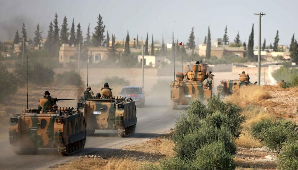 RYKKER FRAM: Disse bildene fra mandag ettermiddag tyrkiske tropper som rykker fram i stridsvogner mot byen Manbij nord i Syria, nær grensa til Tyrkia. Foto:Aaref WATAD / AFP / NTB Scanpix