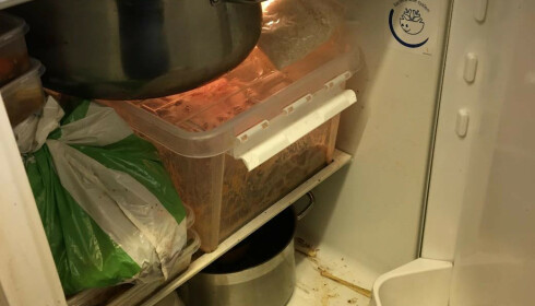 HELSEFARE: Halvåpne bakker, poser som ikke er beregnet på direkte kontakt med mat, og gryter uten lokk - i et skittent kjøleskap. Foto: Mattilsynet