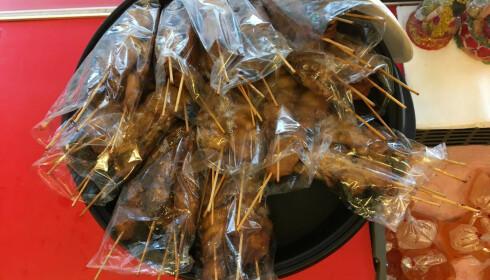 TEMPERATURKONTROLL: Lett bedervelig mat, som disse grillspydene, ble oppbevart i romtemperatur. Foto: Mattilsynet
