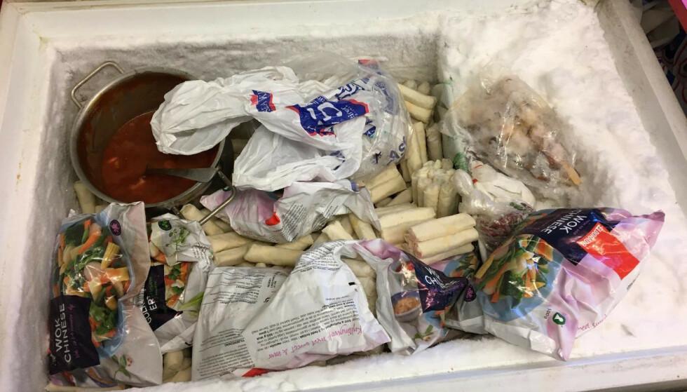 MÅTTE KASTES: Dette er en fryser, ingen søppelkasse, men eierne av Rungnapa Take-Away fikk ordre av Mattilsynet om å umiddelbart kassere innholdet. Foto: Mattilsynet