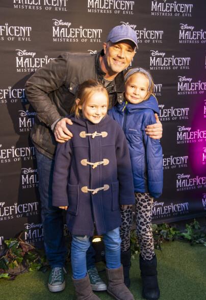 GLADE: Skuespiller Jon Øigarden hadde tatt med seg de to døtrene sine, Mirella og Thea for å se den nye Disney-filmen. Foto: Tor Lindseth