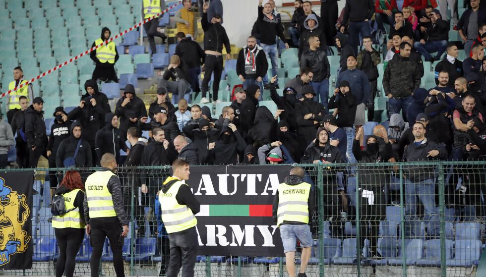 LAGET KVALME: Enkelte Bulgaria-fans. Dette er fra den aktuelle kampen. Foto: NTB Scanpix