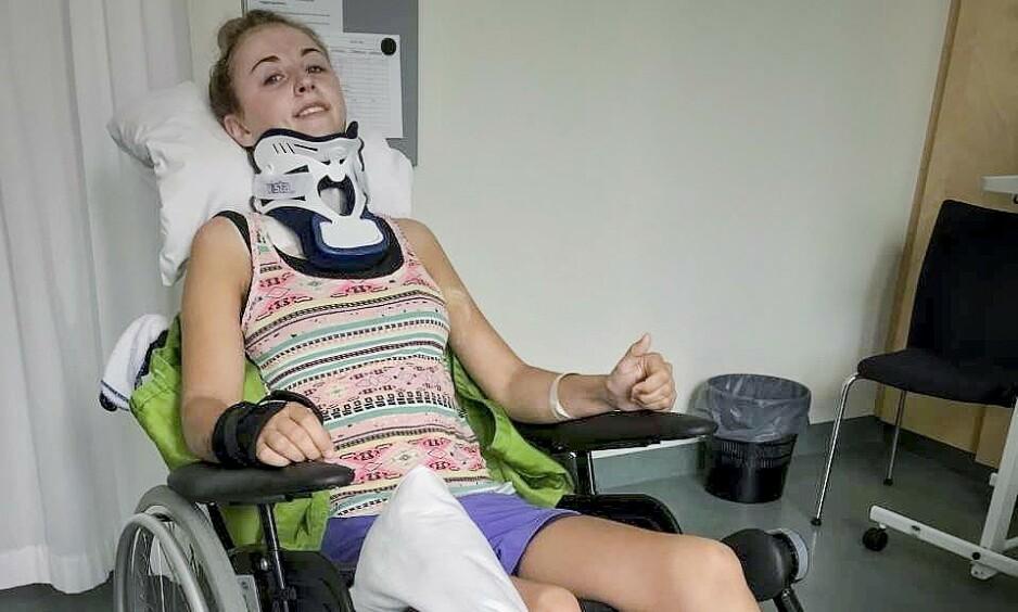 VAR LAM: Eirin Sørmo greier å løfte en tommel opp, to uker etter at nakken hennes ble stygt kvestet. Snart kjører hun et siste travløp på Vincennes. Foto: privat