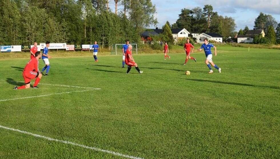 9. DIVISJON: Som en av to fotballkretser i Norge spilles det 9. divisjon i Akershus. Her er Fenstad i blått i aksjon. Foto: Privat.