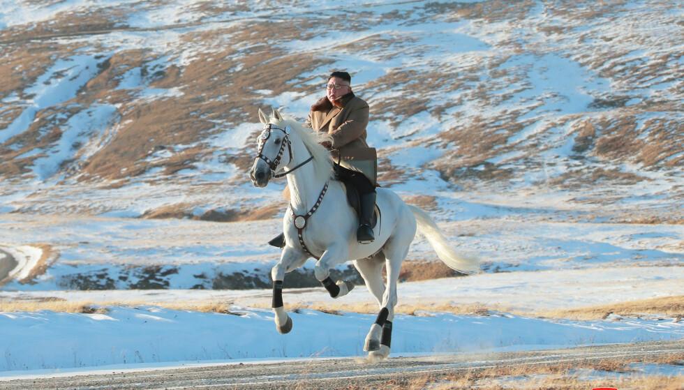 SYMBOLTUNGT: Ifølge nyhetsbyrået AP skal hvite hester ha stor symbolverdi for Kim Jong Uns familie. Foto: KCNA/Reuters/NTB Scanpix.