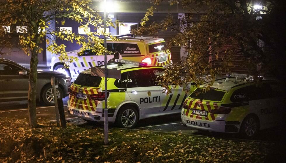 LØSLATT: Alle de sju personene som er siktet for grov voldtekt i Hønefoss er onsdag løslatt fra varetekt. Her fra politiaksjonen natt til tirsdag. Foto: Ole Edvin Tangen / NTB scanpix