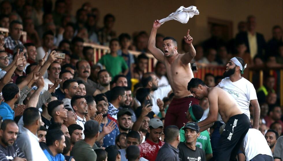 FOTBALLFINALE: Palestinske fotballlfans under finalen i Palestine Cup mellom Khadamat Rafah Club og Balata Sports Centre i Rafah på Gazastripen i juni. Returoppgjøret på Vestbredden er ennå ikke spilt. Foto: Said Khatib / AFP / NTB Scanpix
