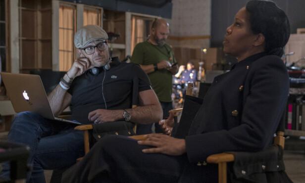 VIKTIG TEMA: Serieskaper Damon Lindelof mener den nye «Watchmen»-serien går rett inn i aktuelle temaer. - I dag, særlig i dette landet, er det ikke noe større tema enn rasisme og politivold, sier han. Her sammen med hovedrolleinnehaver Regina King på settet. Foto: HBO
