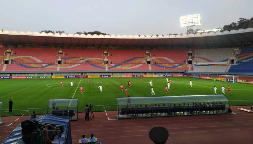 TOMT PÅ TRIBUNENE: Den spesielle kampen mellom de to koreanske fiendene endte 0–0. Foto: The Korea Football Association via AP/NTB Scanpix