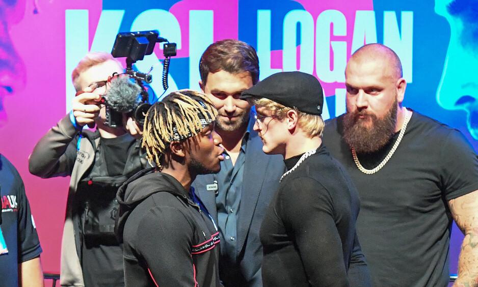 PRESSEKONFERANSE: KSI (til venstre) forteller Logan Paul (til høyre) hva han skal gjøre i fighten. Eddie Hearn står i bakgrunnen å speider over de to stjernene. Foto: Kirsty O'Connor / PA Photos / NTB Scanpix