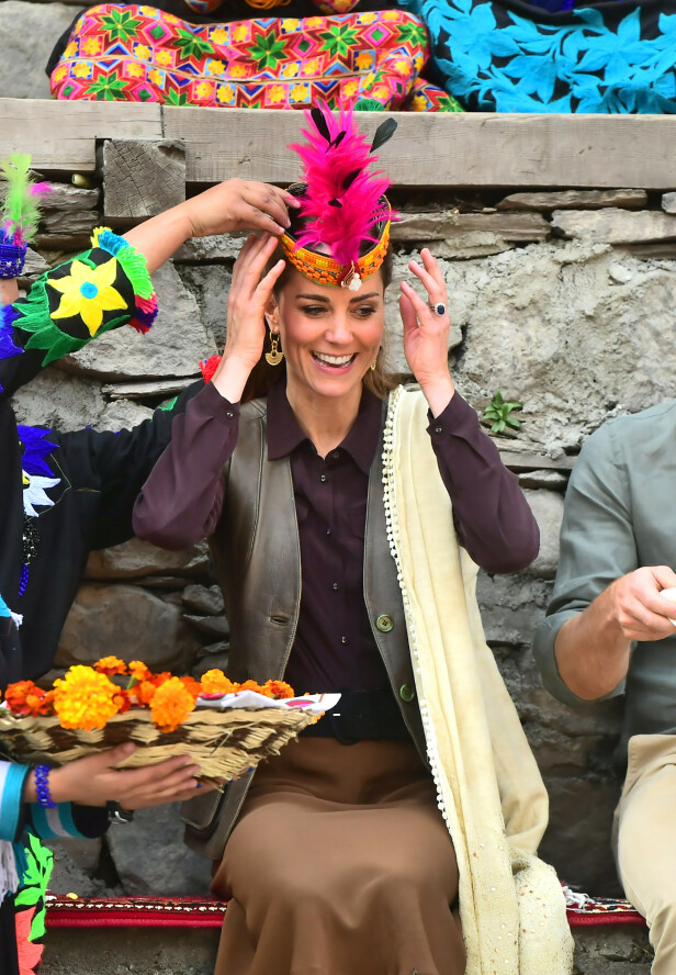 OMFAVNER KULTUREN: Kate ser ut til å stortrives i Pakistan. Foto: NTB Scanpix