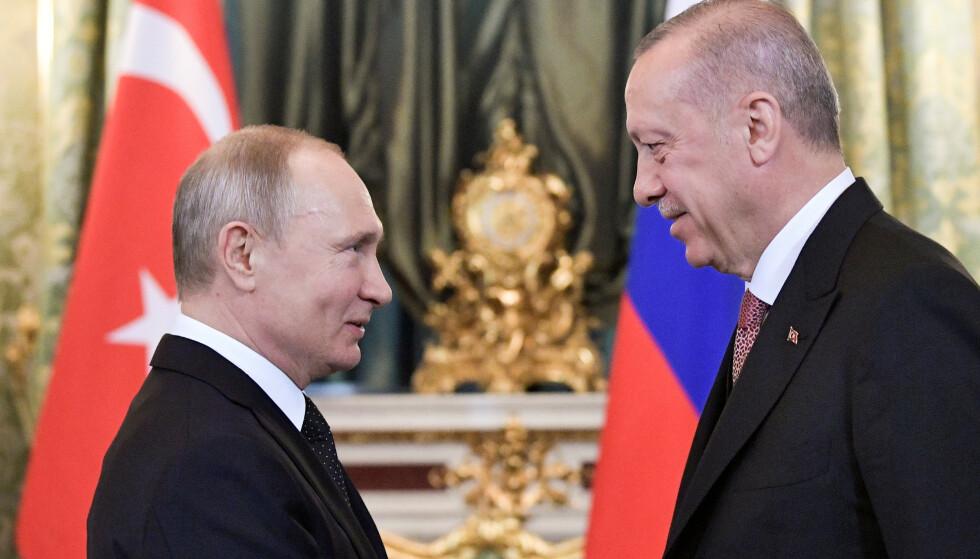 ERDOGAN OG PUTIN: Nå står styrkene til Russlands president Vladimir Putin overfor styrkene til president Recep Tayyip Erdogan på slagmarken i Syria, men ingen av dem vil i konflikt med hverandre. Foto: Sputnik / Reuters / NTB Scanpix