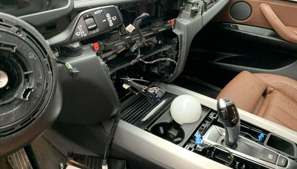RIBBET LYDLØST: slik så det ut framme i BMW'en til Erik Helli i Nittedal ved 08-tiden tirsdag morgen. 2017-modellen av BMW XS var rensket for salgbart navigasjonsutstyr. Foto: Erik Helli.