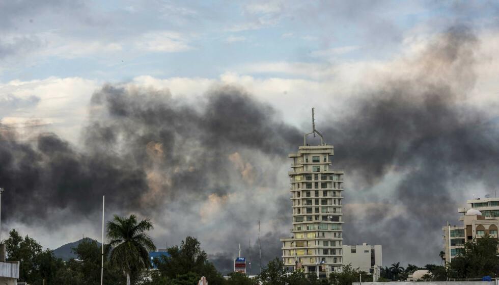 RØYK: Svart røyk fra brennende biler hang torsdag over Culiacán, hovedstaden i den meksikanske delstaten Sinaloa, der tungt bevæpnede bandemedlemmer hindret at en av sønnene til narkokongen Joaquín «El Chapo» Guzmán ble pågrepet. Foto: AP / NTB scanpix