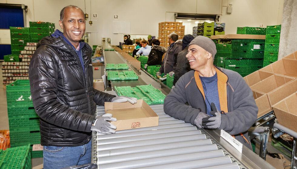 GODT FORNØYD Isman Yusuf (t.v.) opprinnelig fra Somalia og Khalid Hussein fra Irak trives godt, og er glad for at de har fått fast jobb. Foto: Hans Arne Vedlog / Dagbladet