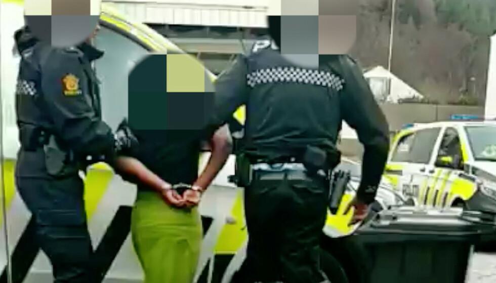 TVANG: Her blir den 13 år gamle jenta motvillig hentet av uniformert politi, etter at hun nektet å dra fra familiehjemmet og tilbake på en institusjon. Foto: Privat