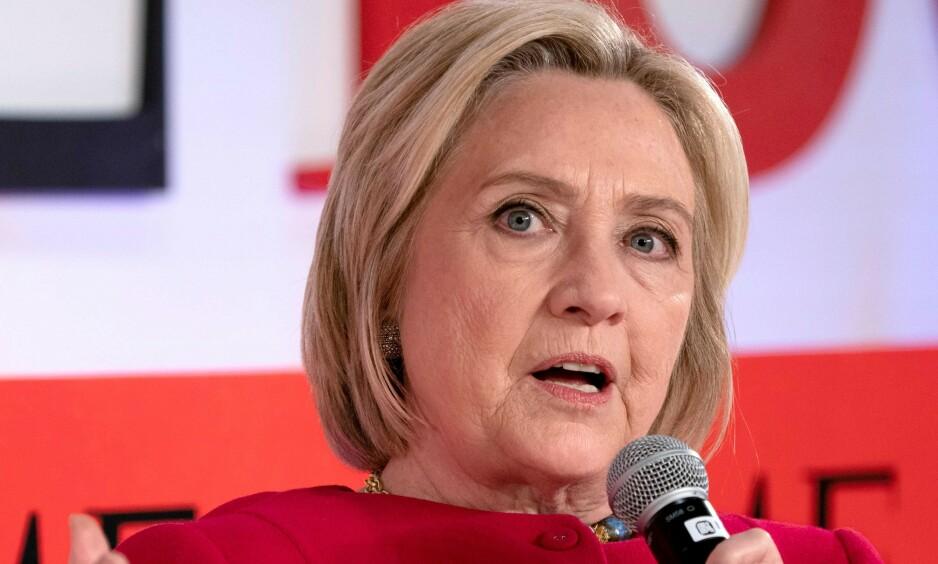 PÅ KRIGSSTIEN: Hillary Clinton langer ut mot presidentkandidat Tulsi Gabbard, og får svar på tiltale. Foto: Don Emmert / AFP / NTB scanpix