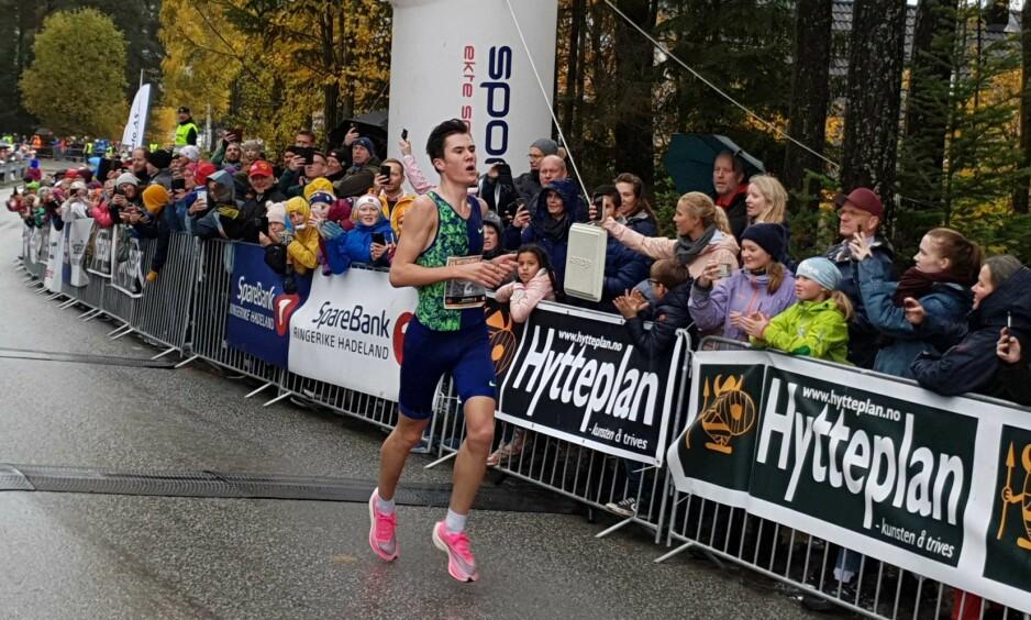 NY NORSK REKORD: Til tross for krevende forhold slo Jakob Ingebrigtsen norgesrekorden til Sondre Nordstad Moen på 10 000 meter gateløp. Foto: Fredrik Stuve / Dagbladet