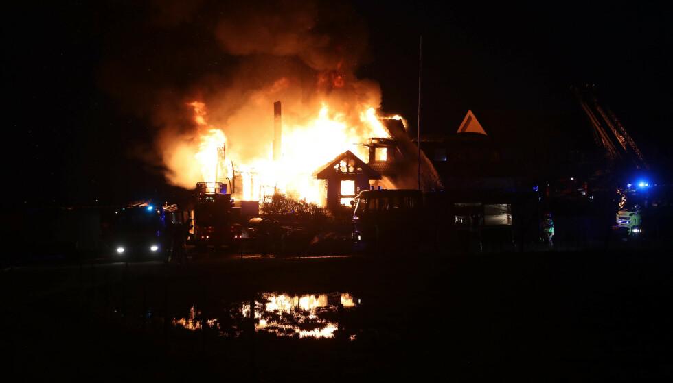 KLEPP: En enebolig på Jæren i Rogaland er overtent. Brannen skal ha startet i andre etasje, og flammene sto ut av taket, ifølge politiet. Foto: Åge Bjørnevik / Jærbladet