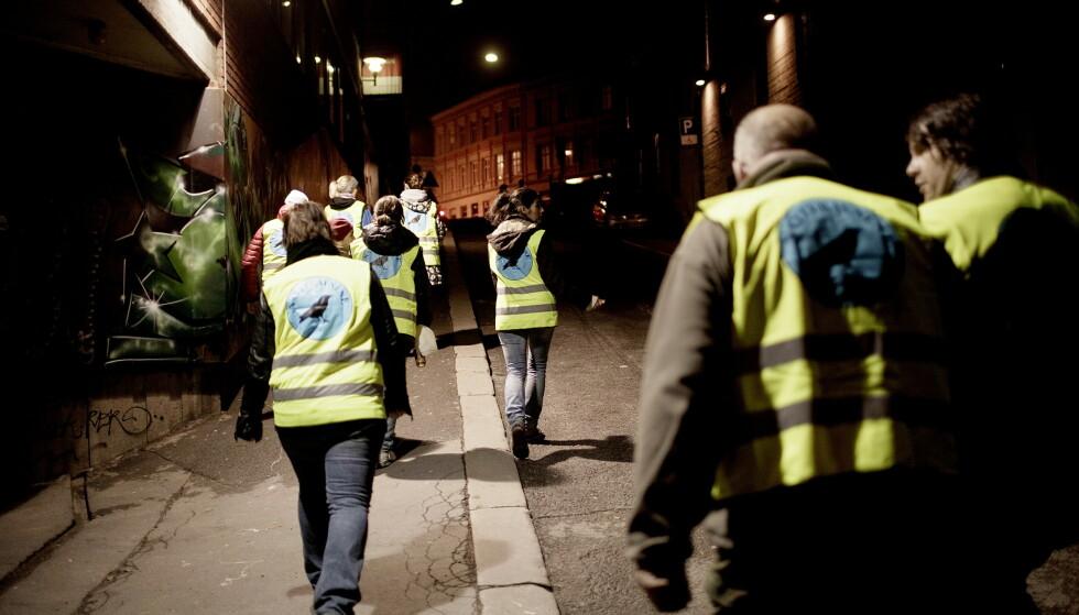 PATRULJERER: Fra klokka 23.00 fredag kveld til klokka 02.30 natt til lørdag kunne Oslo politidistrikt anslå at det hadde vært mellom 15 og 20 tilfeller av uprovosert vold i hovedstaden. Foto: Stian Lysberg Solum / NTB scanpix