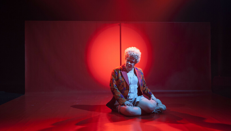 PEER/BITCH: Caisa Stina Forssberg framfører Runa Borch Skolsegs monolog. Foto: Sveinn Fannar Jóhannsson, Black Box Teater