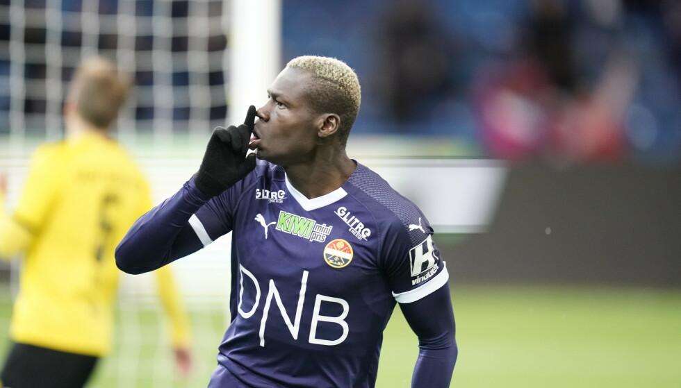 HYSJ: Moses Mawa har akkurat gitt Strømsgodset ledelsen mot Lillestrøm og hysjer ned Kanarifansen. Oslo-gutten har bidratt sterkt til at Godset nå er over streken. Foto: Heiko Junge / NTB scanpix