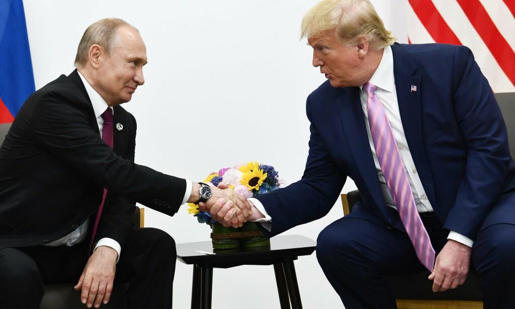 MØTES: Russlands president Vladimir Putin (t.v) sammen med USAs president Donald Trump under G-20-møtet i Osaka i juni i år. Foto: Brendan Smialowski / AFP