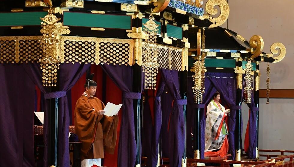 TRADISJONELT: Den 6,5 meter høye tronen måtte både keiseren og keiserinnen befinne seg inni da seremonien ble avholdt. Foto: NTB scanpix