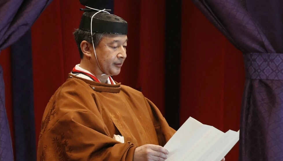 - SVERGER: Keiser Naruhito leste den tradisjonelle teksten høyt. Foto: NTB scanpix