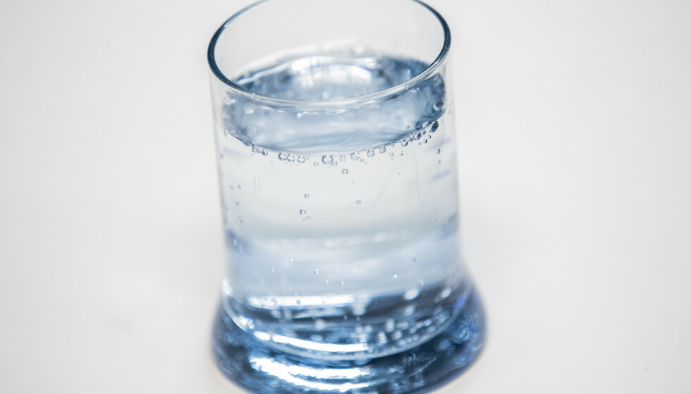 VANLIG Å TIPPE: De fleste vil tenke at vann er best for væskebalansen, men en studie viser at vann kommer helt ned på tiendeplass.