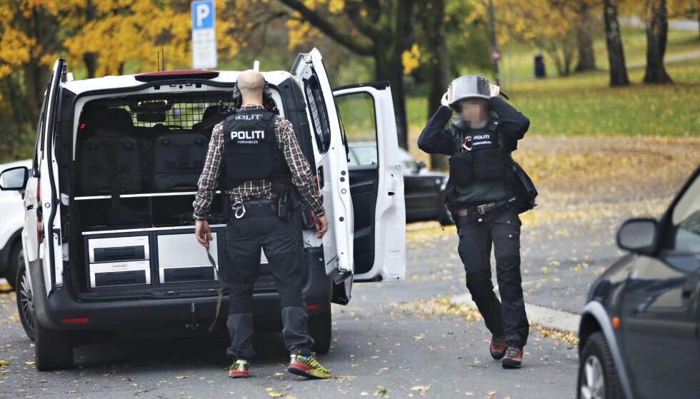 FORHANDLERE PÅ STEDET: I 13.15-tida var det spesialtrenede forhandlere fra politiet på stedet. Foto: Christian Roth Christensen