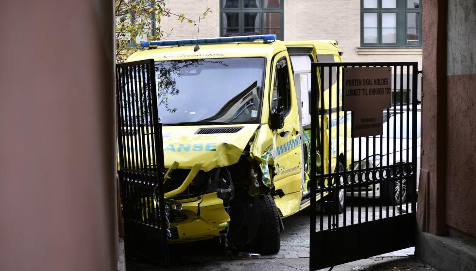 KRASJET: Ambulansen har krasjet inn i en bygård med stor kraft. Foto: Lars Eivind Bones