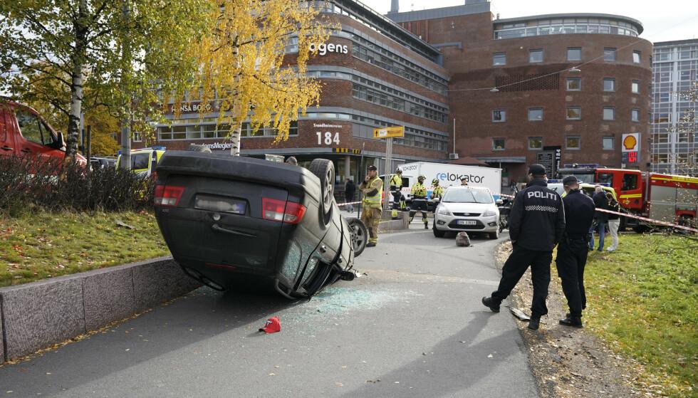 STARTET HER: En bil kjørte i høy fart ned Trondheimsveien og havnet på taket. Da en ambulanse rykket ut dit, ble ambulansen kapret. Foto: Håkon Mosvold Larsen / NTB scanpix