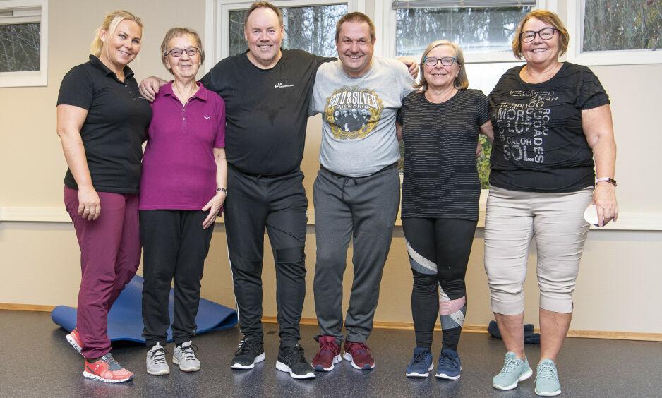 STYRKENDE: Fysioterapeut Ine C. Thorkildssen (til venstre) trener Solveig Myhre (77) Kjell Nordbek (59), Åsmund Vik (57), Anne Merli (66) og Marit Stokkenes (67), og viser deg øvelsene som styrker slitasjegikta. Foto: Lars Eivind Bones