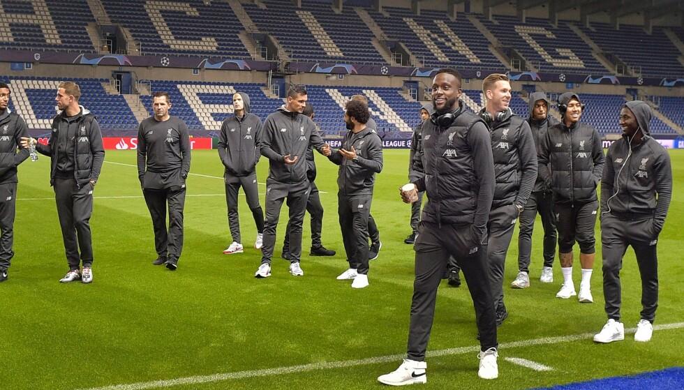KULTHELT: Liverpools Divock Origi (med kopp i hånden) inspiserer banen før kampen mot Genk. Foto: YORICK JANSENS / BELGA / AFP / NTB Scanpix