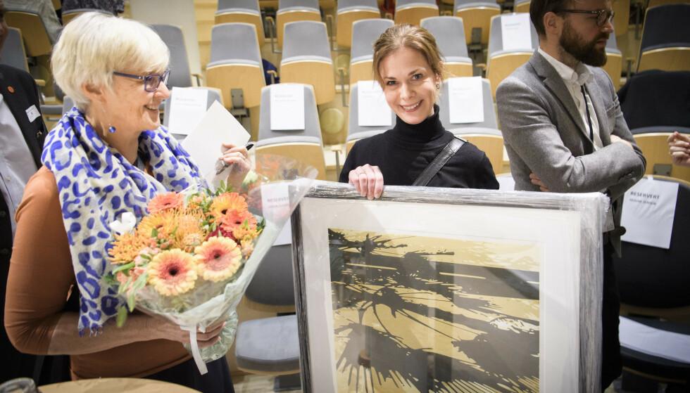 FEIRET: Dagbladets helsejournalist Jorun Gaarder ble i formiddag feiret med pris av Hjernerådet. Her sammen med Aud Kvalbein leder i Hjernerådet.   Foto: Lars Eivind Bones