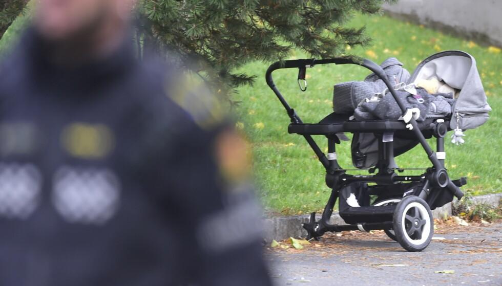 TRUFFET: Denne barnevogna med et tvillingpar i, ble truffet av den kaprede ambulansen tirsdag ettermiddag. Foto. Hans Arne Vedlog / Dagbladet
