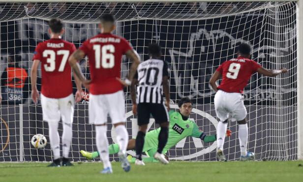 1-0: Anthony Martial setter et straffespark i mål. Foto: Darko Vojinovic/AP/NTB Scanpix