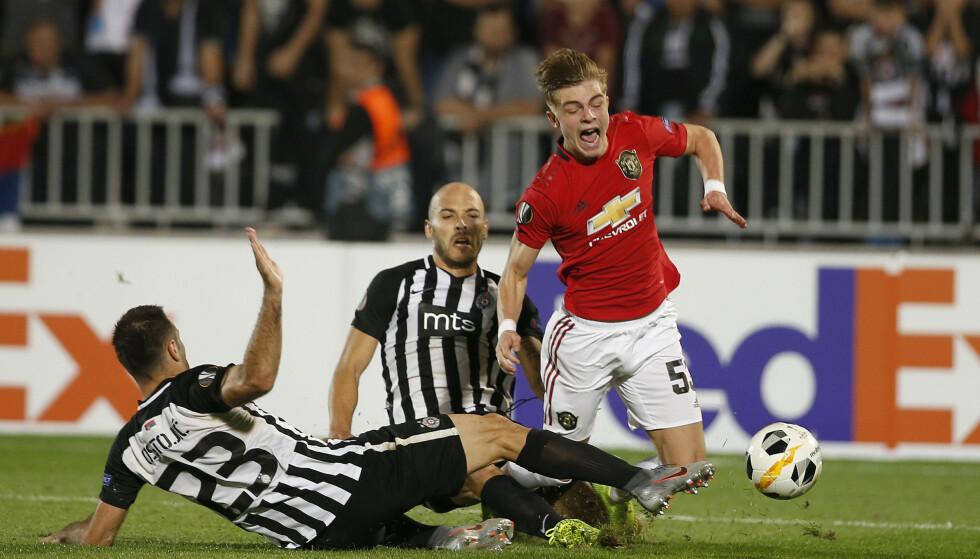 IMPONERTE: Brandon Williams går i bakken og får straffespark. 19-åringen spilte en stor kamp for Manchester United. Foto: Marko Drobnjakovic/AP/NTB Scanpix