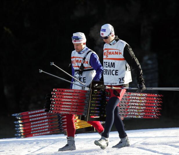 PÅ VEI TIL SKITEST: Reidar Røiseland (til venstre) på vei ut i løypene under Tour de Ski i Asiago for å teste ski. Røiseland reagerer på manglende medisinsk oppfølging fra Skiforbundet. Foto: Erik Berglund / Dagbladet