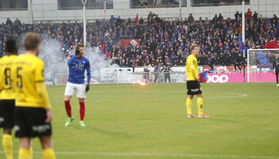 PAUSE: Spillerne venter på at blusset på banen skal fjernes. Foto: Terje Bendiksby / NTB scanpix