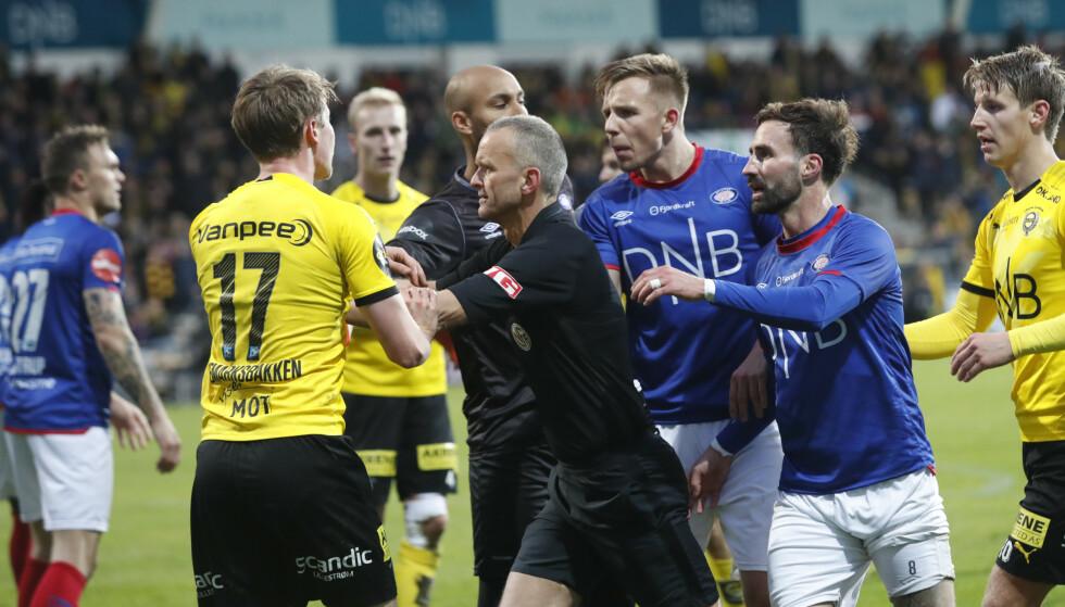 AMPERT: Det var som vanlig full fyr i teltet mellom Vålerenga og Lillestrøm. Her barker spillerne sammen etter at hjemmelagets Kristoffer Ødemarksbakken gikk ned inne i feltet og ropte på straffe. Foto: NTB/Scanpix